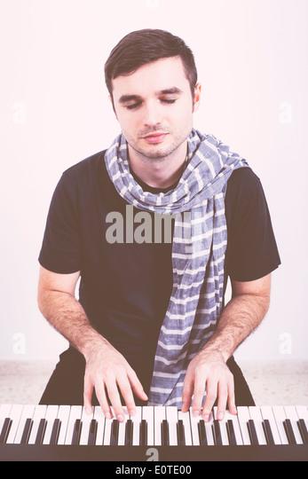 Porträt des jungen Mannes, Klavier zu spielen. Stockbild
