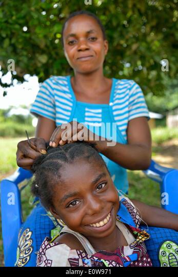 Mutter dabei ihre Tochter Haare, Nkala, Provinz Bandundu, demokratische Republik Kongo Stockbild