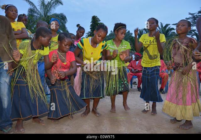 Tanzende Dorfbewohner bei einem Dorffest, Nkala, Provinz Bandundu, demokratische Republik Kongo Stockbild