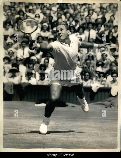7. Juli 1964 - Wimbledon Meisterschaft - Männer Halbfinale. Chuck McKinley im Spiel. Foto zeigt Chuck McKinley Stockbild
