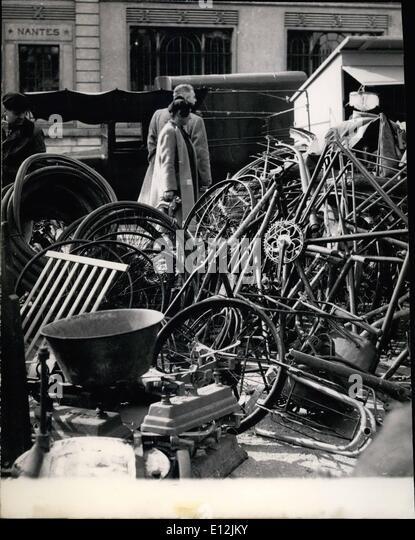 24. Februar 2012 - öffnet Junk-Messe in Paris. Altes Fahrrad Räder und Reifen, eines der à ¢ Stockbild