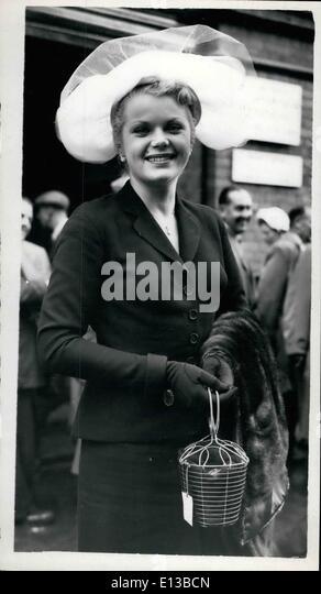 29. Februar 2012 - Ankünfte in Ascot... Dame aus erging... mit einem Käfig Handtasche... Keystone-Fotoshows: Stockbild