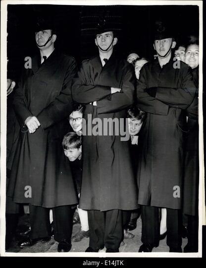 5. April 2012 - Ankünfte für der Royal Variety Performance. Jugendlichen schauen durch Polizisten Beine. Stockbild