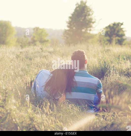 Junges Paar haben romantisches Date bei Sonnenuntergang Stockbild