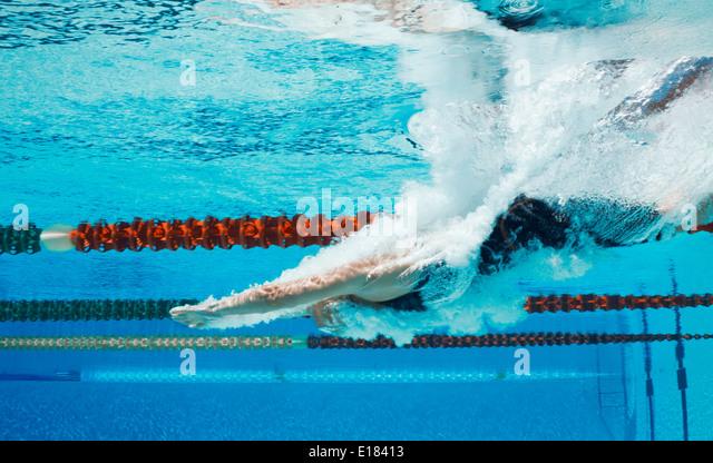 Schwimmer Tauchen in pool Stockbild