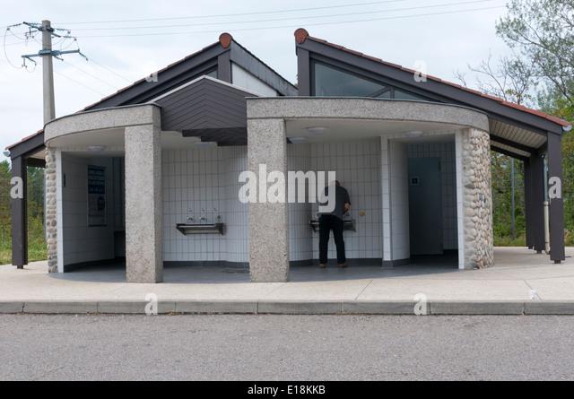 Öffentliche Toiletten in französischen Autobahnraststätten Portes Les Valence Ouest. Stockbild