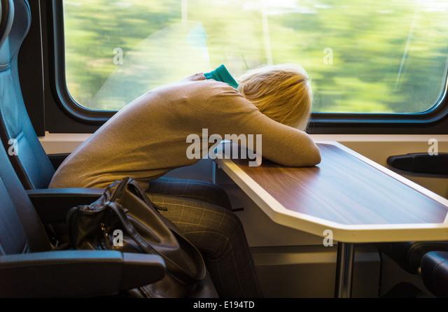 Eine Frau Im Zug abfeiern. Reisen in der Eisenbahn-Wohnhauses Stockbild