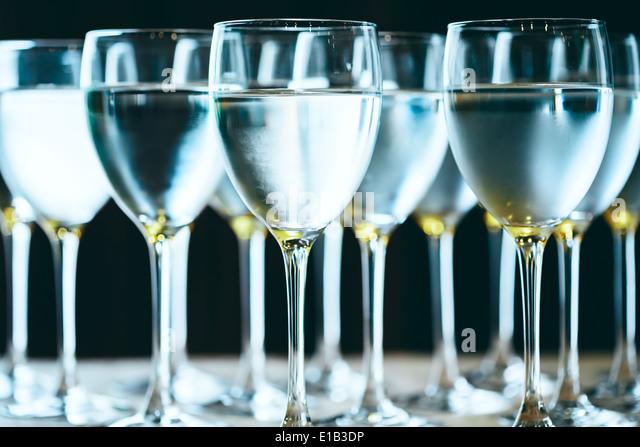 Reihe von Gläsern Wasser. Reines Trinkwasser. Selektiven Fokus. Stockbild