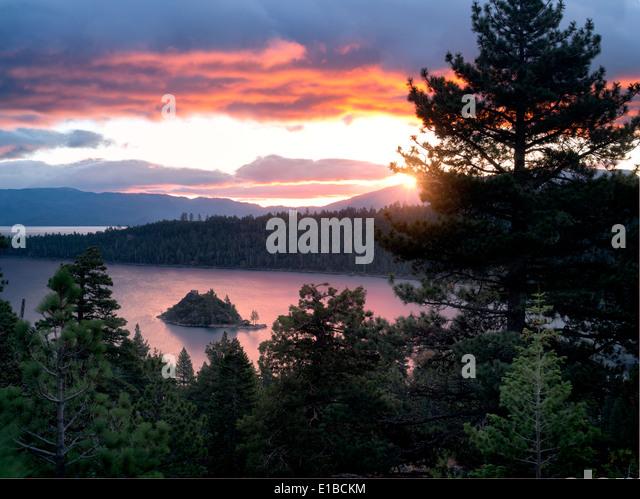 Sonnenaufgang über Emerald Bay mit Fannette Island, Lake Tahoe, Kalifornien. Stockbild