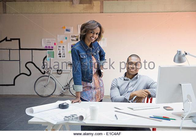 Porträt von zuversichtlich Geschäftsleute am Schreibtisch im Büro Stockbild