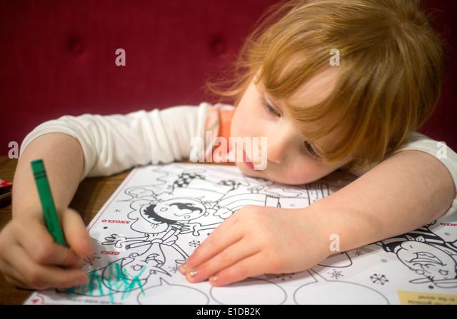 4 vier Jahre altes Mädchen zeichnen und malen mit Buntstiften Stockbild