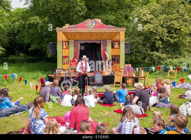 Schausteller erklingt in eine nostalgische Vintage Show unterwegs. Wiltshire, England Stockbild