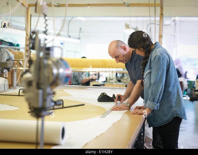 Textilarbeiterinnen in Kleiderfabrik training Stockbild