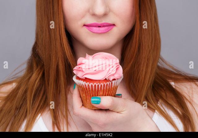 Bild junge Frau mit Cupcake beschnitten Stockbild