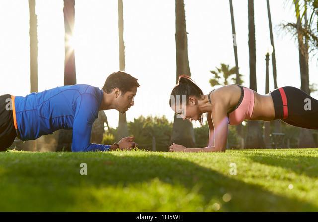 Mann und Frau Plank Übung Stockbild
