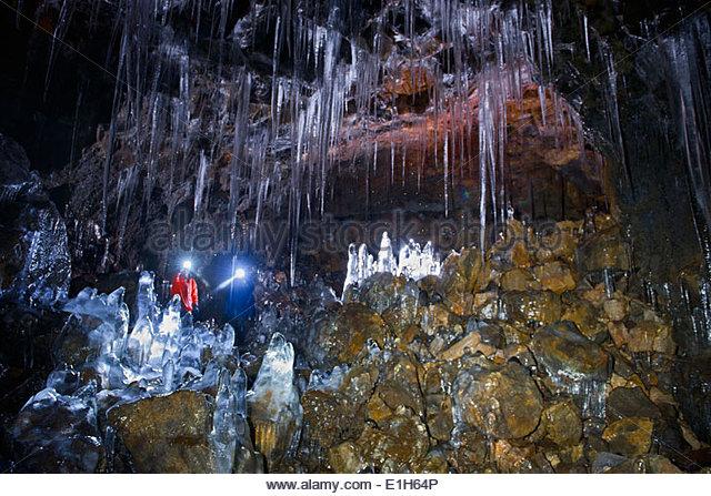 Mann und Frau Buri Höhle, Threngsli, Island erkunden Stockbild