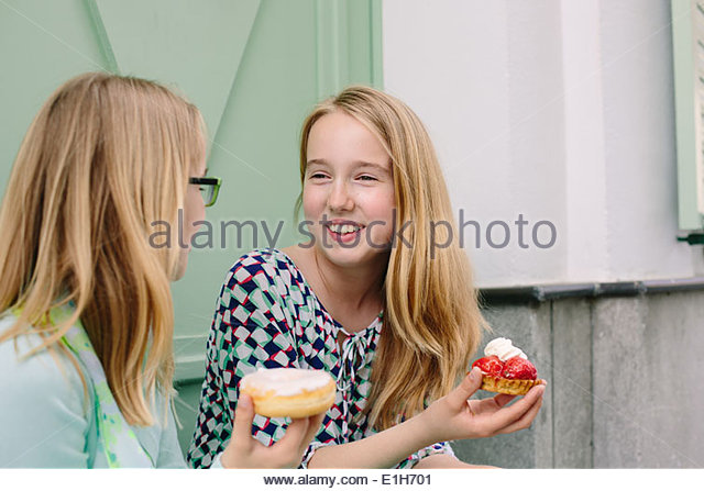 Zwei Schwestern hält Kuchen Stockbild