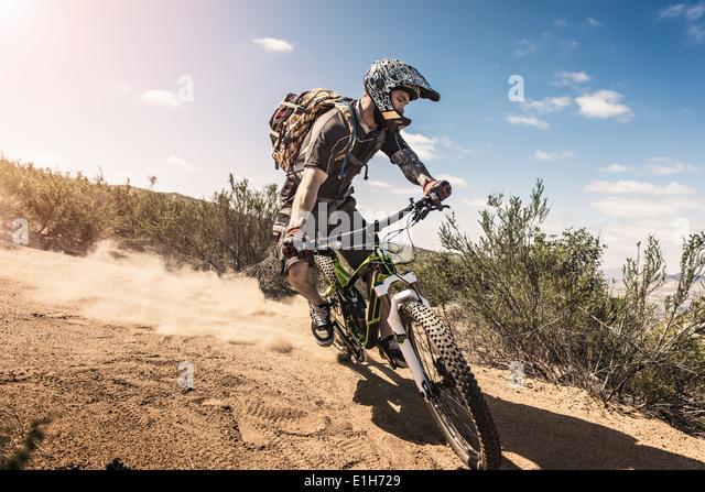 Mountainbiker fahren bergab Stockbild