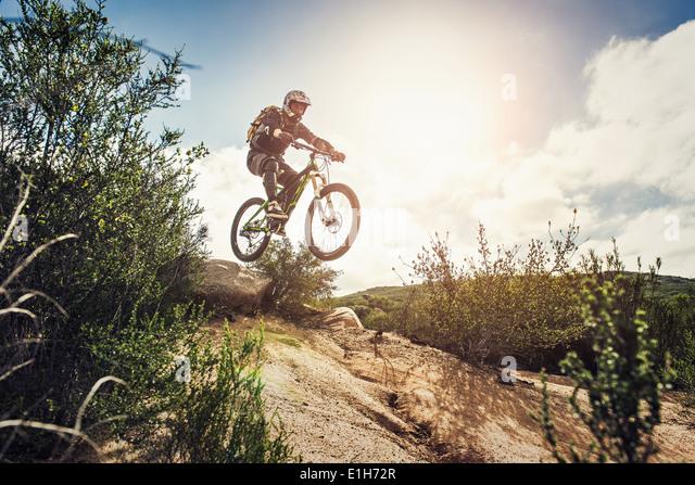 Downhill Mountainbiker springen Stockbild