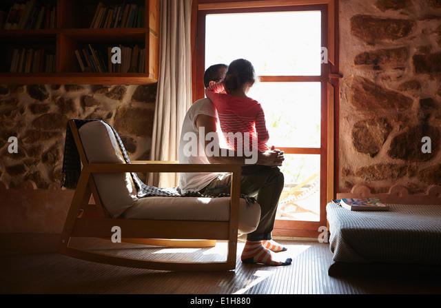 Mitte erwachsener Mann und Tochter Blick aus Fenster Stockbild