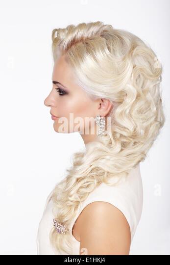Raffinesse. Profil von modische Mädchen mit grau gefärbten lockigen Haare Stockbild