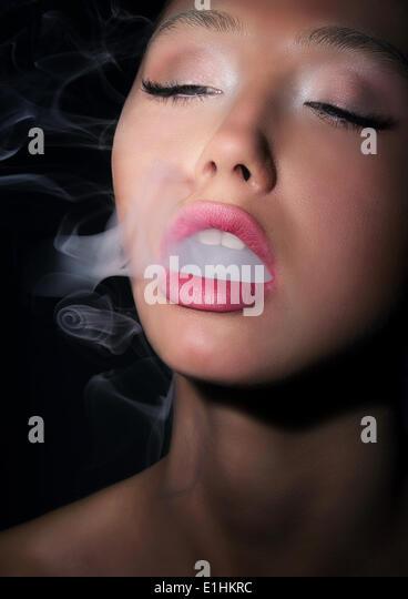Abhängigkeit. Sucht. Frau Raucher ausatmet Rauch der Zigarette Stockbild