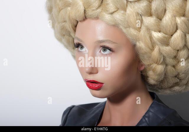 Mode-Modell. Hochmoderne Frau mit erstaunlichen Kunst Kopfschmuck - Stock-Bilder