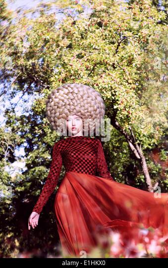 Kreative Haarstil. Modische, stilvolle Frau mit glamourösen Frisur Stockbild