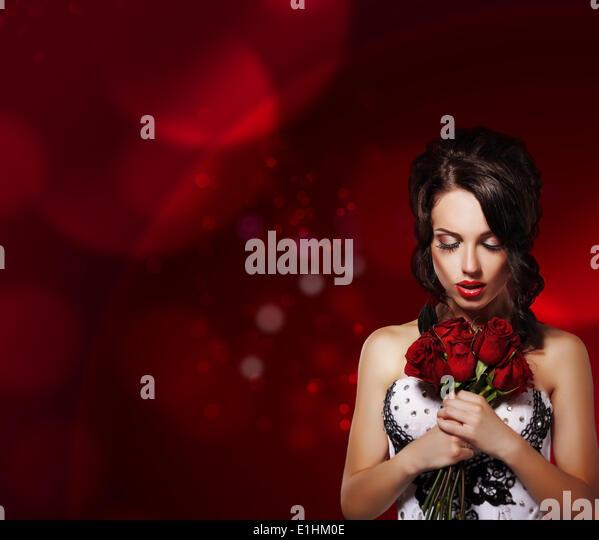Zärtlichkeit. Traumhafte Frau mit Blumenstrauß über lila Hintergrund Stockbild