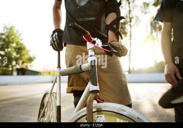 Deutschland, Hannover, Bike-Polo-Spieler mit Fahrrad, Mittelteil Stockbild