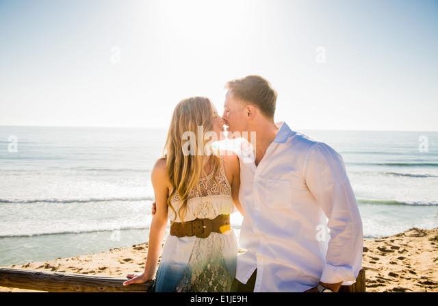 Romantische junge Paar teilen einen Kuss an Küste Stockbild