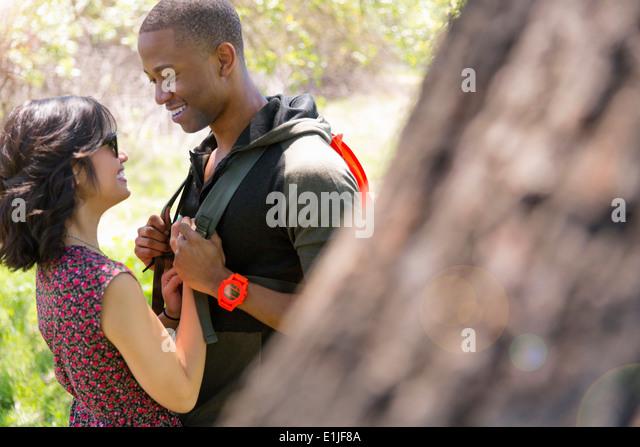Romantische Pärchen halten Hände im park Stockbild