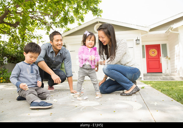 Mitte adult Ehepaar mit zwei Kindern auf Pflastersteine Stockbild