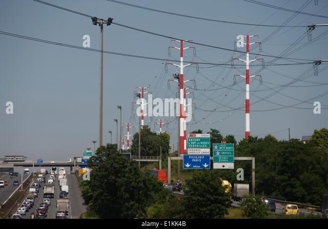 Strom Kabel und Autobahn-Verkehr Stockbild