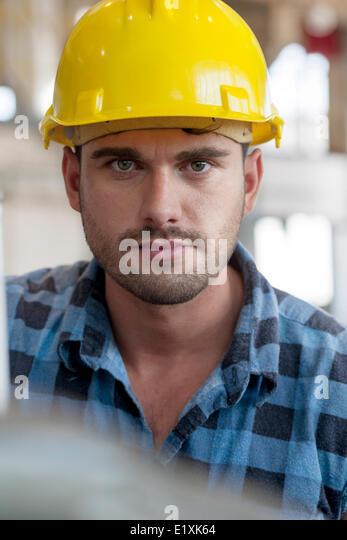 Porträt von überzeugt junge männliche Arbeiter in der Industrie Stockbild