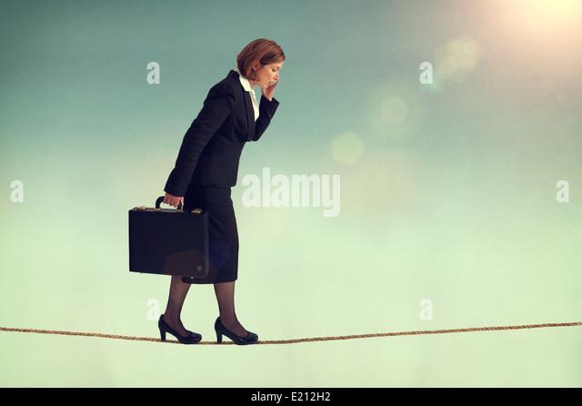 zuversichtlich Geschäftsfrau zu Fuß eine Gratwanderung oder Highwire multitasking Stockbild