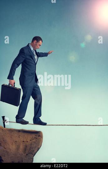 Geschäftsmann ausgehend auf einem Seil balancieren Stockbild
