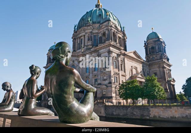 Drei Mädchen und ein Junge-Statue in der Nähe von Berlin Kathedrale Berliner Dom Berlin Deutschland Stockbild