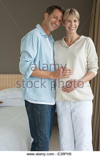 Ehemann schwanger WifeMagen zu berühren Stockbild