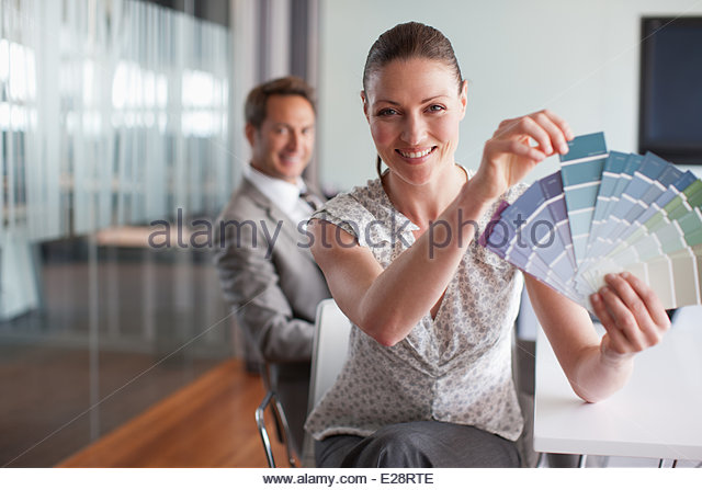 Geschäftsfrau hält Farbfelder im Konferenzraum Stockbild