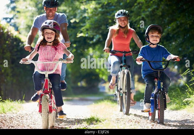 Familie auf Radtour im Land Stockbild