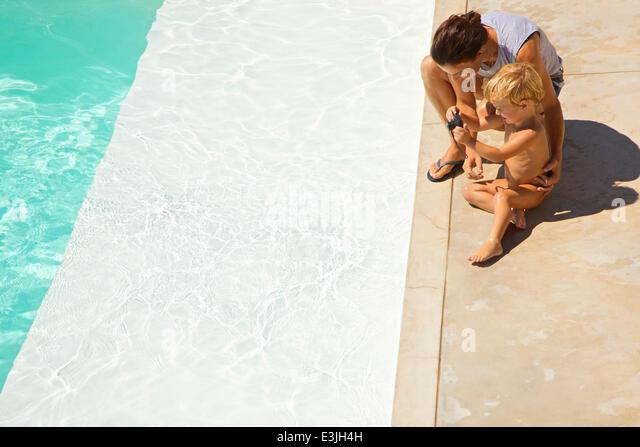 Mutter und Sohn ein Foto vom Schwimmbad Stockbild
