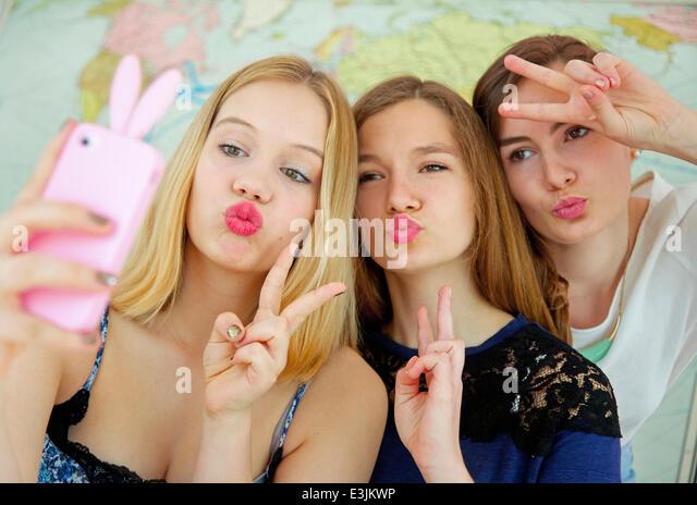 Teenage Girls nehmen Selfie während schmollend und Making Peace-Zeichen - Stock-Bilder