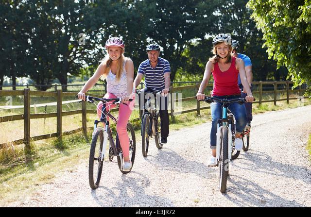 Familie mit Kindern im Teenageralter auf Fahrradtour In Landschaft Stockbild