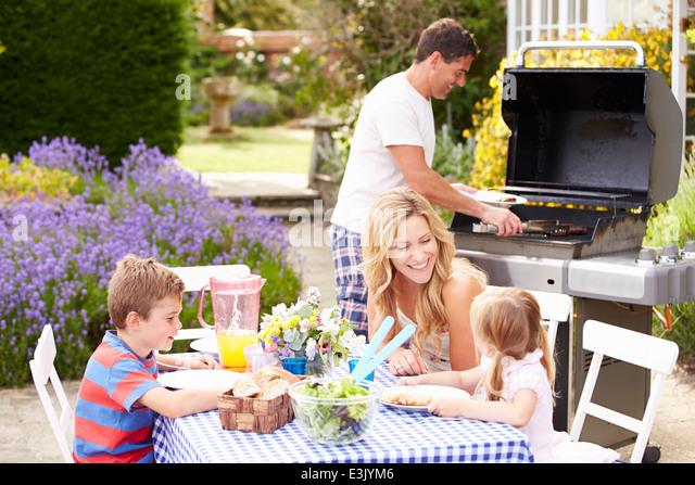 Familie genießen Outdoor-Grill im Garten Stockbild