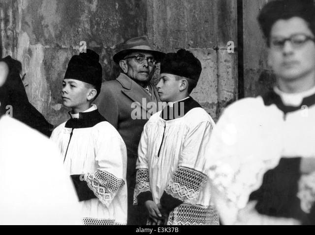 Ministranten bei einer katholischen Beerdigung, 70er Jahre Stockbild