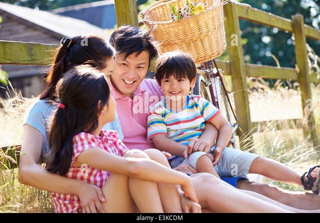 Asiatischen Familie ausruhen Zaun mit alten altmodischen Zyklus Stockbild