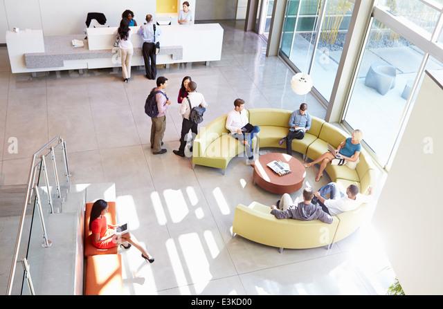 Empfangsbereich der moderne Bürogebäude mit Menschen Stockbild