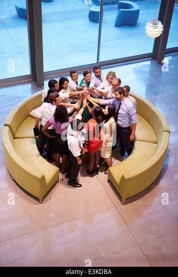 Unternehmer geben einander hoch fünf im Büro Lobby Stockbild