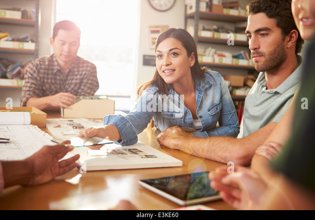 Fünf Architekten an Tisch treffen Stockbild